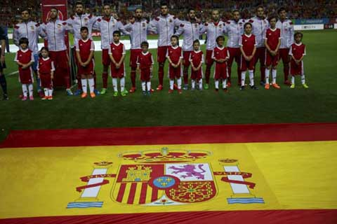 Spain's national soccer team stands before listen Spanish anthem before the start of their Euro 2016 qualifier soccer match against Ukraine at Ramon Sanchez Pizjuan stadium in Seville, March 27, 2015. REUTERS/Marcelo del Pozo